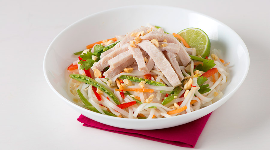 Bol de nouilles asiatiques à la dinde et aux pois mange-tout